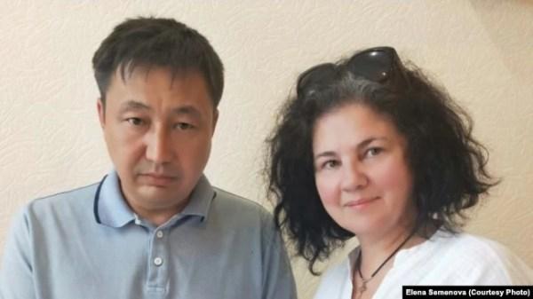 Правозащитник Елена Семенова и ее адвокат Манарбек Мусинов после судебного заседания, на котором рассматривался гражданский иск, заявленный работником учреждения УК-161/2. Павлодар, 10 июня 2020 года.