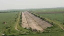 Canalul lung de 198 de kilometri trebuia să fie gata în 1995 și să asigure irigații pentru 700.000 de hectare. Acum, lucrările începute pe 50 de kilometri și finalizate doar pe 5,7 kilometri dau apă la doar 98 de hectare