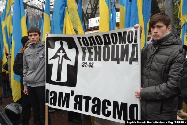 Під час вшанування жертв Голодомору 1932-33 років. Київ, 23 листопада 2013 року