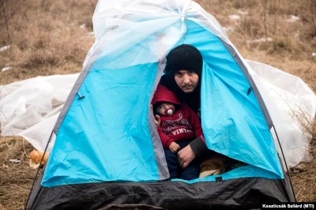 Afgán menekültek az ideiglenes szállásukon Szabadka határában 2015. január 9-én. A menekültek embercsempészekre várnak, hogy illegálisan átlépjék Magyarország határát, amely egyben az EU schengeni határvonala is.