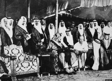 ملک عبدالعزیز (وسط) در مراسم گشایش خط آهن ریاض-دمام در اکتبر ۱۹۵۱