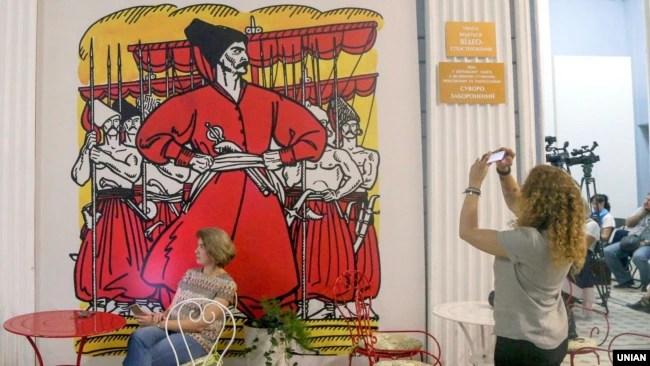 «Проект Енеїда». Зображення Енея на стіні в будівлі Національного художнього музею України. Київ, 22 вересня 2017 року