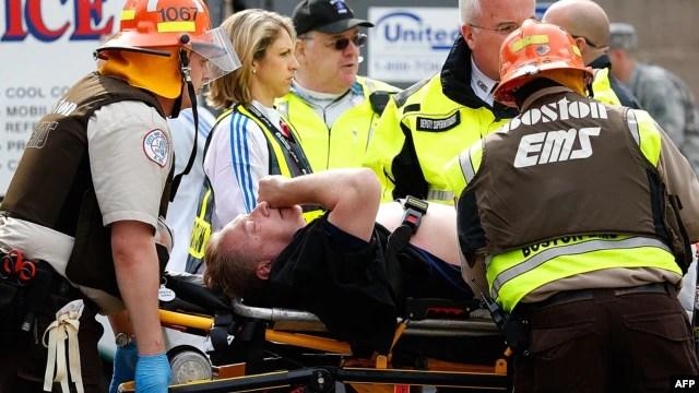 Hitna pomoć pomaže povređenom na Bostonskom maratonu, 15. april 2013.