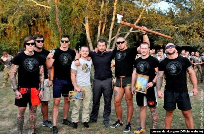 Вже покійний доброволець «Азову» з Латвії Уріс Вісневецкіс тримає в руках сокиру, поруч зі своїм комбатом Андрієм Білецьким