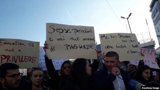 Thirrjet e studentëve gjatë protestës në Tiranë