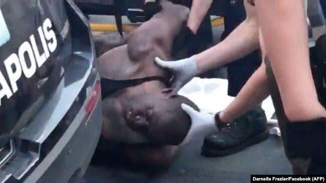 در ویدئویی که از لحظات بازداشت جورج فلوید منتشر شده است میتوان دید در حالی که او روی زمین افتاده است یک مامور پلیس زانوی خود را روی گردن او گذاشته و به مدت طولانی گردن قربانی را فشار میدهد.