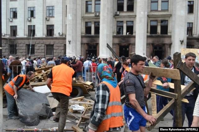 На следующий день добровольцы разбирали площадь перед Домом профсоюзов