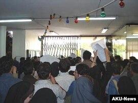 دانشجويان دانشکده ادبيات دانشگاه علامه طباطبايی در تهران روز سه شنبه، در اعتراض به وضعيت بد غذا و وضعيت مديريت دانشگاه و اعتراض به انتخابات شوراهای صنفی اين دانشگاه، اعتصاب غذا کردند.