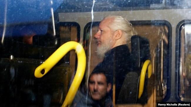 Julian Assange pas arrestimit nga policia britanike