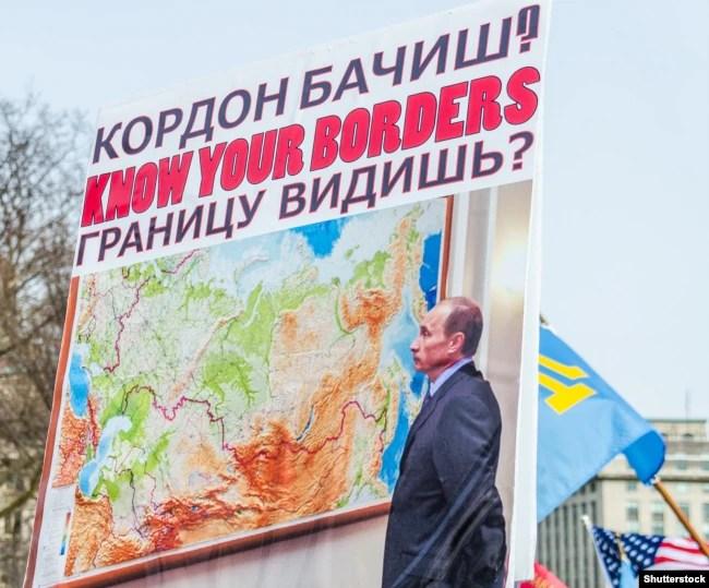 Плакат із зображенням російського президента Володимира Путіна на акції протесту проти окупації Росією українського Криму. Вашингтон, 6 березня 2014 року