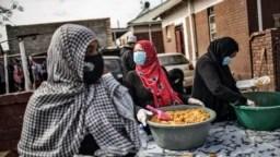 Волонтеры в южноафриканском Йоханнесбурге раздают еду в бедных кварталах