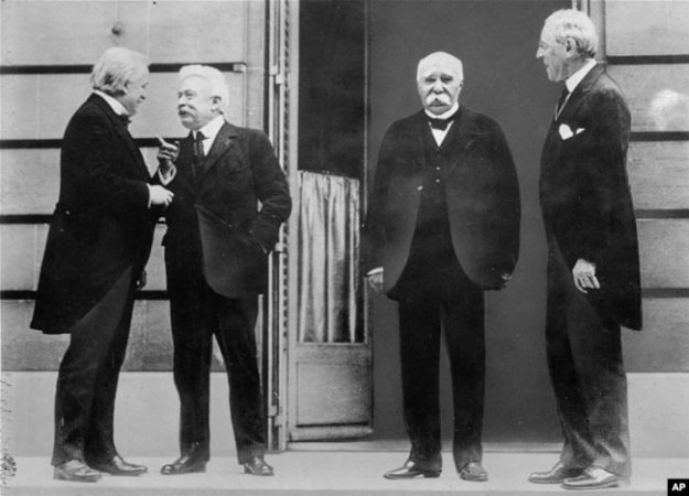 Совет четырёх в Версале (слева направо): Дэвид Ллойд Джордж, Витторио Орландо, Жорж Клемансо и Вудро Вильсон. 27 мая 1919 года