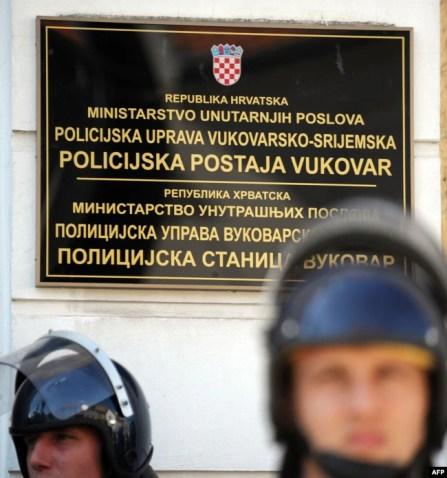 Specijalna policija čuva tablu na dva pisma u Vukovaru