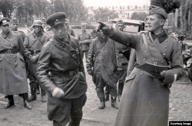 Командир 2-го батальйону 76-го моторизованого полку піхоти вермахту підполковник Ганс Георг Леммель (праворуч) і радянський офіцер під час передачі Брестської фортеці радянським військам, 22 вересня 1939 року