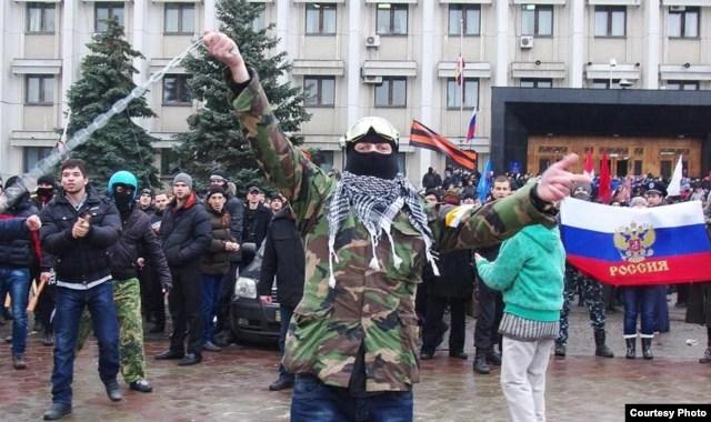 """Перед зданием областного совета, 3 марта 2014 года. Фото """"Думская"""""""