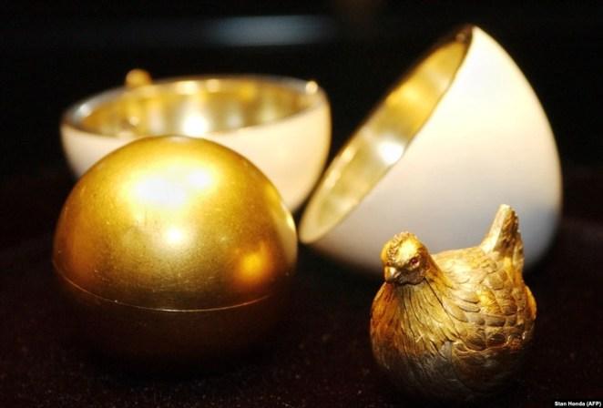 В 1885 году царь Александр III поручил ювелиру Петеру Карлу Фаберже изготовить подарок к Пасхе для царицы. Фаберже создал это золотое яйцо, покрыв его белой эмалью. Внутри открывающегося подарка был «желток» из матового золота, под которым была скрыта золотая курица с рубиновыми глазами. Царица была в восторге от подарка, а Фаберже вскоре стал ювелиром при дворе российского императора.