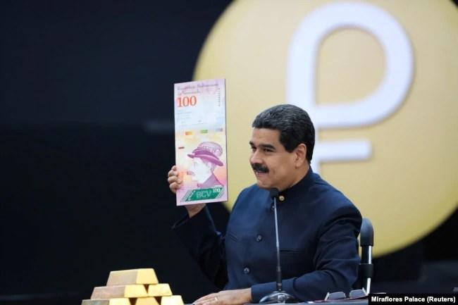 نیکلاس مادورو در حال معرفی اسکناسهای جدید ونزوئلا در فروردین ۹۷
