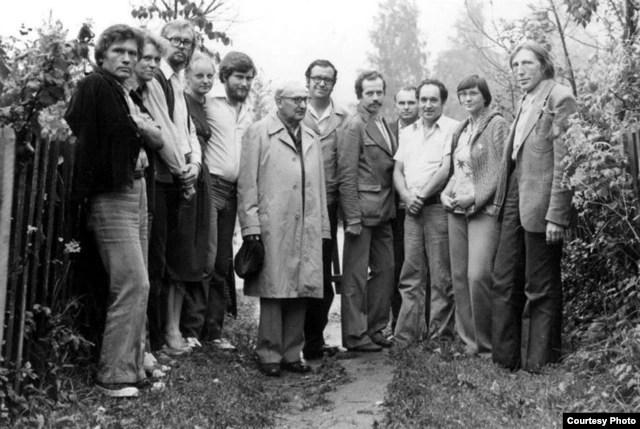 Мікола Купава (трэці зьлева) на сустрэчы з гісторыкам Міколам Улашчыкам