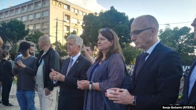 Ambasadori i SHBA-së në Beograd, Kyle Scott (i treti nga e majta) në marshin përkujtues për Srebrenicën.