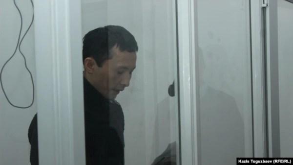 Подсудимый Асет Нуржаубай зачитывает текст последнего слова в суде, критикуя Аблязова. Алматы, 2 октября 2018 года.