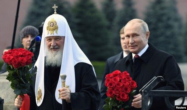 Президент Росії Володимир Путін і патріарх РПЦ Кирило під час покладання квітів до пам'ятника на Червоній площі біля Кремля у День національної єдності в Москві 4 листопада 2018 року