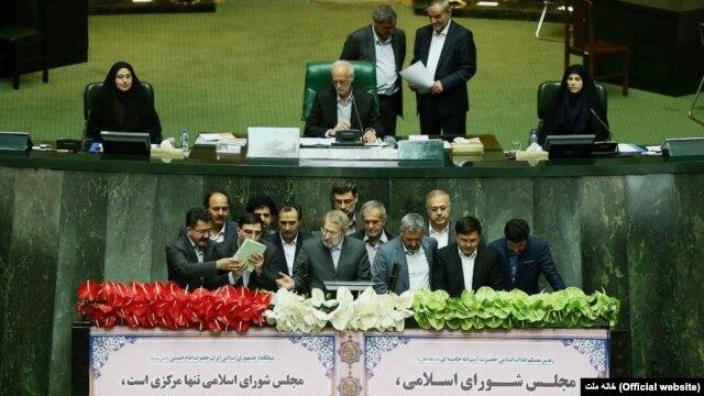 لاریجانی، رئیس موقت مجلس دهم در میان گروهی دیگر از نمایندگان مجلس