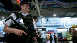 Các sĩ quan cảnh sát Anh được trang bị vũ khí tuần tra sân bay Heathrow ở London ngày 14 tháng 8 năm 2006.