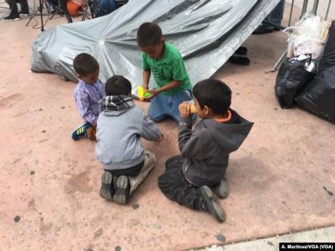 Niños migrantes juegan en una plaza pública del lado mexicano de la frontera con EE.UU. [A. Martínez/VOA].