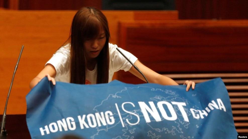 Nghị sĩ Yau Wai-ching, 25 tuổi, cầm biểu ngữ 'Hong Kong không phải Trung Quốc' và phát âm sai từ 'China' thành một từ mang tính xúc phạm trong buổi lễ tuyên thệ làm thành viên Hội đồng Lập pháp hồi tháng trước.