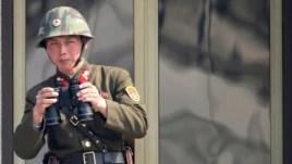 Binh lính Bắc Triều Tiên đứng canh gác tại làng biên giới Panmunjom trong khu phi quân sự DMZ.