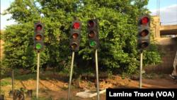 Les quatre mâts dressés dans la cour de Youssouf Bara, Bobo-Dioulasso, le 5 août 2019. (VOA/Lamine Traoré)