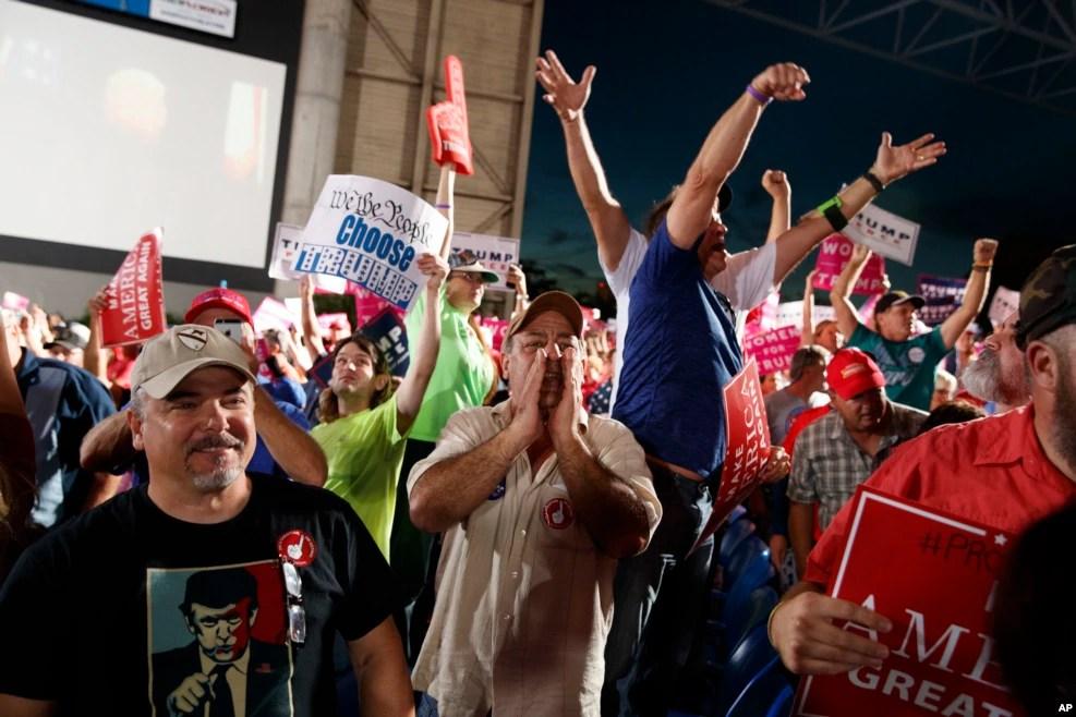 """川普在佛罗里达州的支持者。有人手持标语""""我们,人民,做选择"""""""