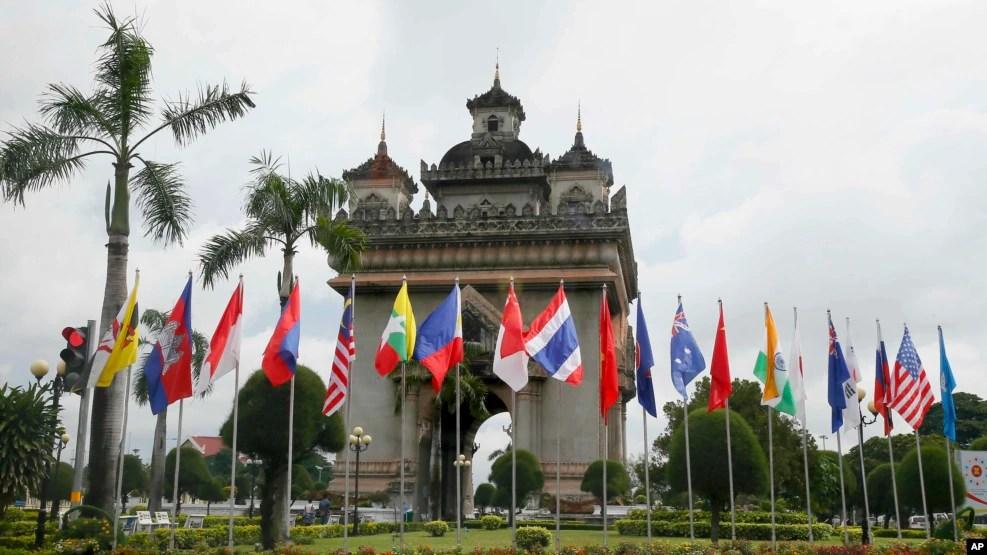 Quốc kỳ của 10 nước thành viên ASEAN và các quốc gia đối tác được đặt xung quanh tượng đài Patuxay ở trung tâm Vientiane, Lào, 5/9/2016.
