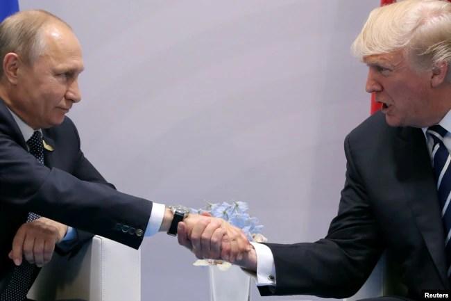 El presidente de EE.UU. Donald Trump saluda al presidente ruso Vladimir Putin durante su reunión bilateral al margen de la Cumbre del G20 en Hamburgo, Alemania. Julio 7, 2017.