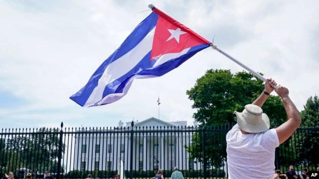 古巴裔美国人示威者在白宫前举行抗议,呼吁美国支持古巴抗议者。