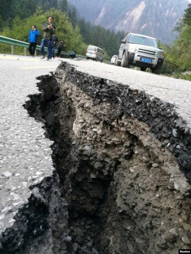 中国四川阿坝州九寨沟县附近发生强烈地震后道路上出现的大裂缝。(2017年8月9日)
