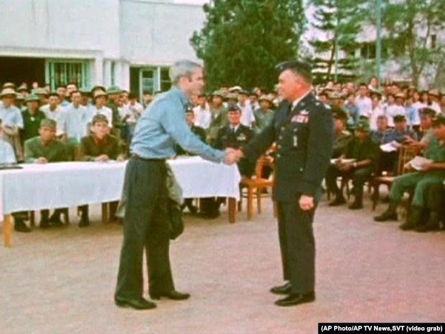 Ông John McCain khi được Bắc Việt Nam trao trả cho Mỹ đầu năm 1973