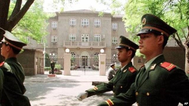 Cảnh sát Trung Quốc tuần tra bên ngoài đại sứ quán Mỹ tại Bắc Kinh. (Ảnh tư liệu).
