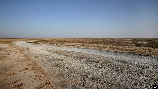 资料照片:伊朗西南部河流的干枯情况(2018年7月10日)