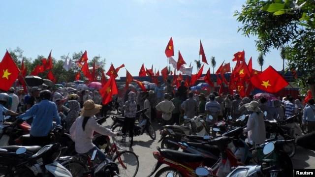 Công nhân biểu tình chống Trung Quốc tại 1 nhà máy sản xuất giày của Trung Quốc ở tỉnh Thái Bình, 14/5/2014.