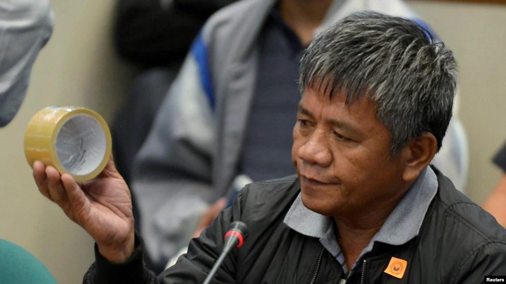 Sát thủ Edgar Matobato cho biết trong một phiên điều trần của Thượng viện rằng ông ta là một trong nhiều cảnh sát viên thuộc một đội hành quyết nhận lệnh từ ông Duterte.