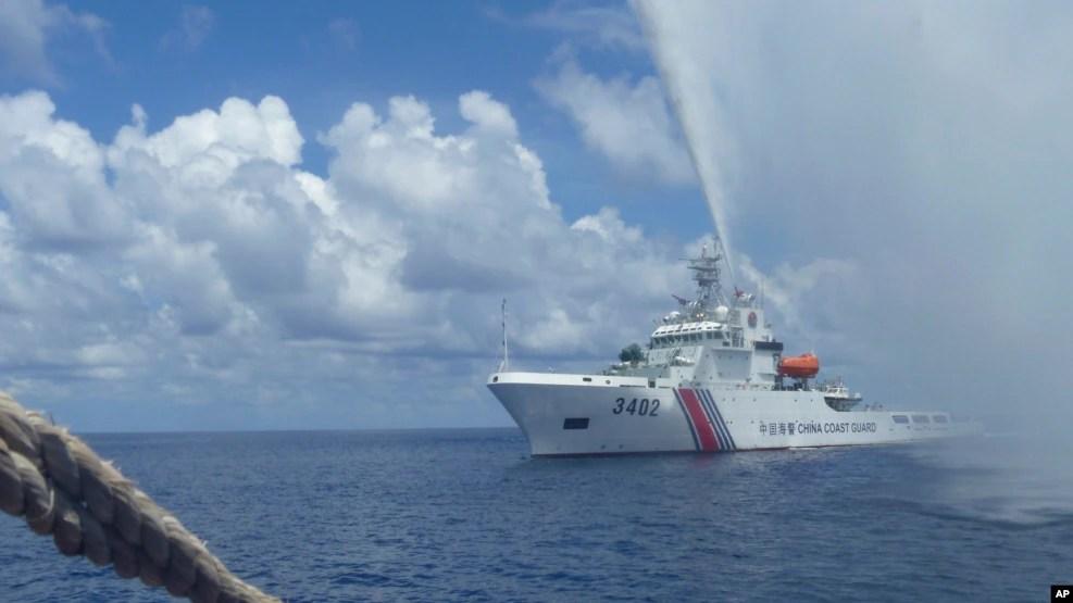 中國海警船在斯卡伯勒淺灘(中國稱作黃岩島)附近逼近菲律賓漁船(2015年9月23日)
