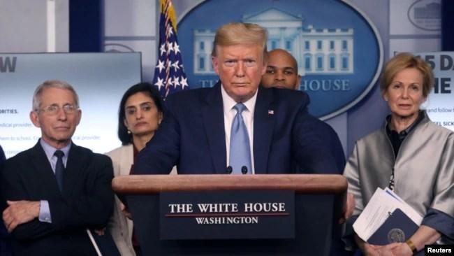 美国总统特朗普与其抗疫团队成员在白宫记者会上。(路透社 2020年3月16日)