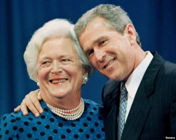 Ex presidente George W. Bush posa con su madre la ex primera dama Barbara Bush.