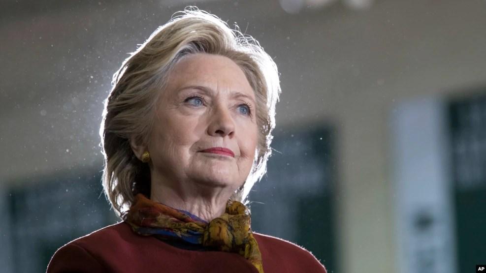 Các cuộc thăm dò trên toàn quốc đối với cử tri đủ mọi lứa tuổi cũng cho thấy bà bà Clinton đang dẫn đầu, dù với một khoảng cách hẹp hơn.