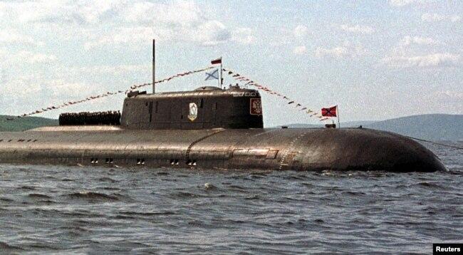"""Awak kapal selam nuklir Rusia """"Kurzk"""" berbaris di dek kapal, 30 Juni 2000. (REUTERS)."""