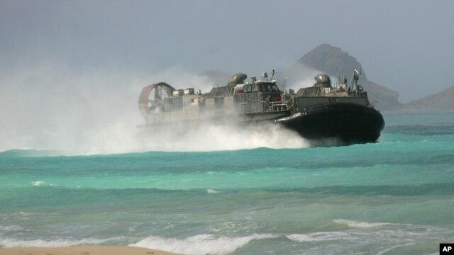 Một chiếc tàu đổ bộ của Hải quân Hoa Kỳ tiến nhanh về bờ biển tại Căn cứ Không quân Bellows, Oahu, Hawaii trong một cuộc diễn tập đổ bộ chung, 19/5/2015.