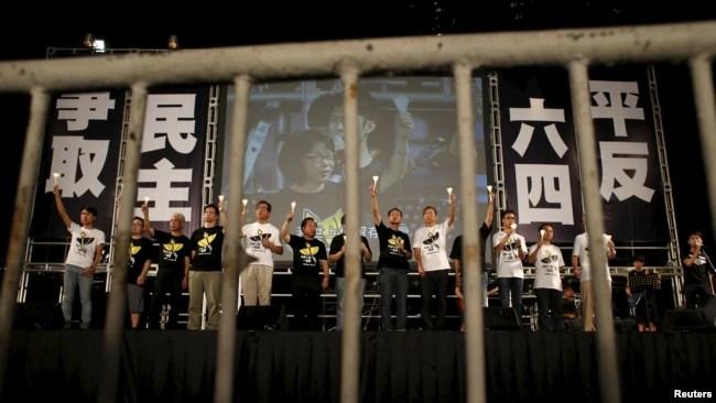 香港支聯會在2015年6月4日晚在維多利亞公園舉行的六四晚會,2021年能否舉行目前依然是一個問號 (路透社資料照片)