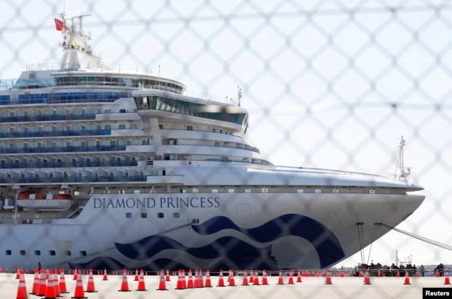 Elcrucero Diamond Princess, donde docenas de pasajeros fueron sometidos a análisis para detectar el coronavirus, es visto en Yokohama, al sur de Tokio, Japón, el 11 de febrero de 2020.