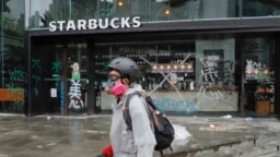 El lunes 7 de octubre de 2017 dos manifestantes fueron acusados de incumplir una norma de Hong Kong contra el uso de máscaras en protestas, lo que probablemente avivará el descontento que ha sumido al territorio semiautónomo chino en una profunda crisis.
